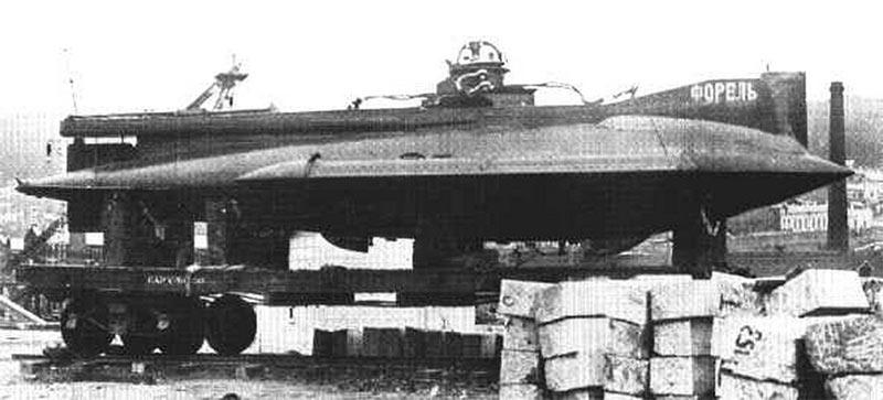 Подводная лодка «Форель» железнодорожной платформе. Фото времен Гражданской войны.