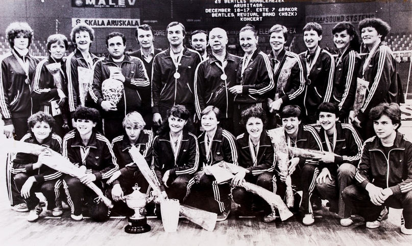 Сборная СССР — чемпион мира 1982 года. Наталья Цыганкова — третья слева в нижнем ряду