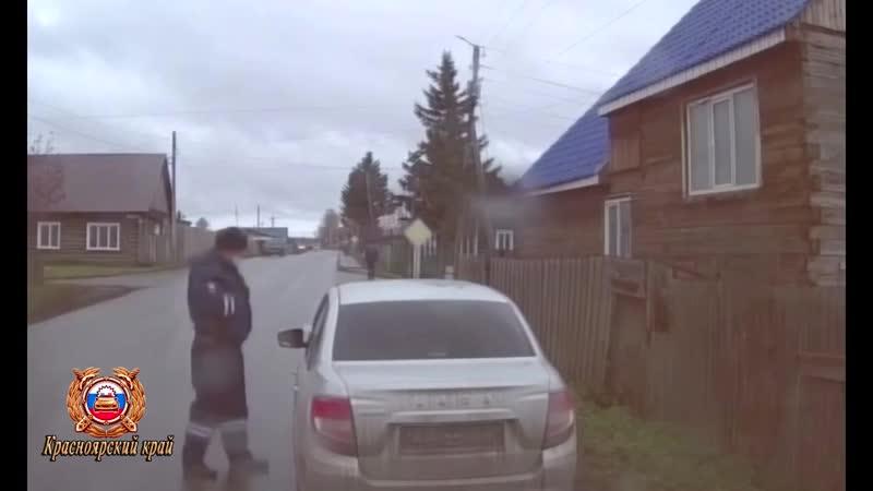 В Иланском районе инспекторы ДПС задержали подозреваемую в краже более 40 тысяч рублей у пожилого мужчины