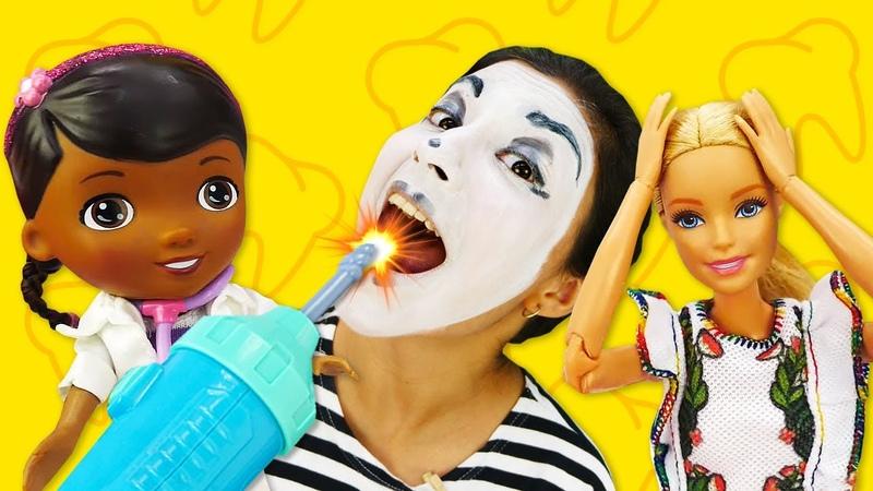 Кукла Барби работает в Клинике Игрушек Клоун боится лечить зубы Доктор Плюшева и Игры в больницу