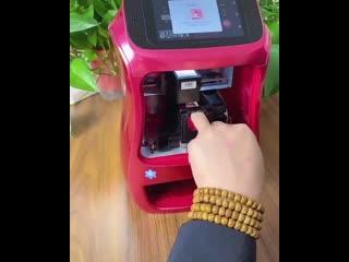 Аппарат для нанесения рисунков поверх лака на ногтях. Мастера маникюра в тихом ужасе, скоро людей будут обслуживать роботы.