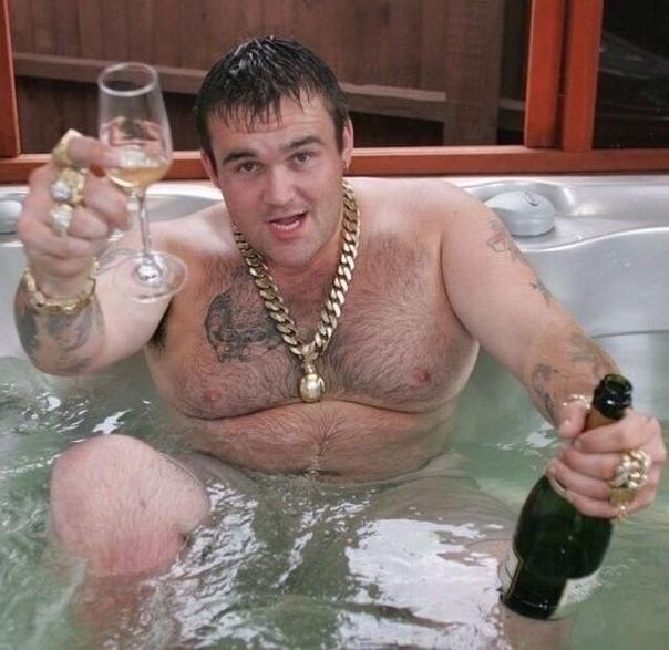История о выигрыше Микки Кэролла в лотерею 9,7 миллионов £. По курсу 2002 года это примерно 500 миллионов рублей В 2002 году парень из Шотландии Микки Кэрролл купил лотерейный билет, который в