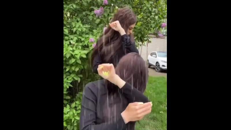 две бабы ловят дождик