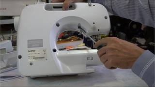 Как разобрать швейную машину Brother? Как снять крышку у швейной машины?