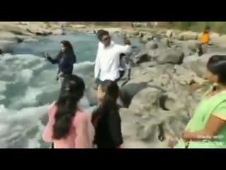 В Индии водопад забрал жизнь девушки. Та хотела сделать фото на его фоне, но не удержалась и свалилась в воду.