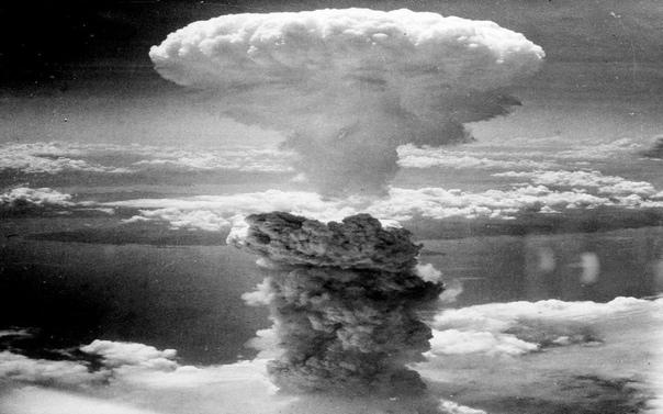 Игра в период атомной бомбардировки. В тот момент, когда на Хиросиму сбросили атомную бомбу(6 августа 1945 года), в пригороде Хиросимы проходила партия игры в «го» за самый почетный японский