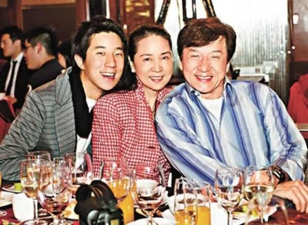 Любимая женщина актера Джеки Чана: почему кумир миллионов 40 лет прятал супругу Актера, каскадера и продюсера Джеки Чана знают все. Многие выросли на фильмах этого ловкого харизматичного парня и
