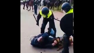 Demonstrant wordt door hond gebeten en kapotgeslagen door de politie - Malieveld Den Haag