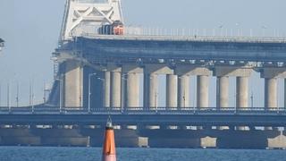 Керчь  набережная-движение подвижного состава крымской железной дороги по крымскому мосту. 28 июля .