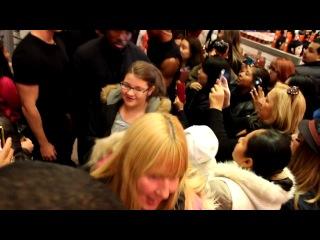 """Поддельный Зак Эфрон на Таймс-сквер в НЙ () в рамках шоу """"Fake Celebrity Pranks New York City Ft ZAC EFRON"""""""
