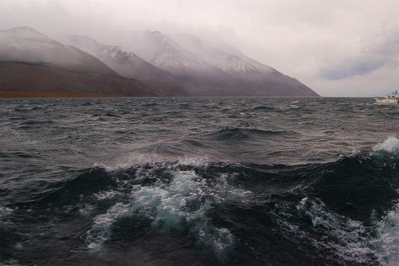 Шторм на озере Байкал.