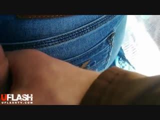 Парень подрочил член и кончил девушке на джинсы на улице, спалила