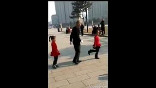 Senhor  de 90 anos dançando com duas  meninas de 9 anos  By Dj Samu