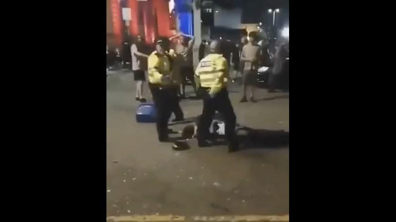 Протестующие на улицах Лондона напали на сотрудников полиции бросая в них бутылки и камни