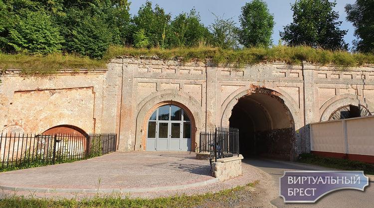 ПВХ профиль в Южных воротах крепости перекрасили. Теперь он не белый, а серый