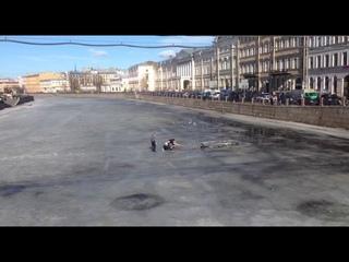 В центре Петербурга прохожие спасли провалившегося под лед мужчину