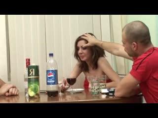 Взрослые мужики напоили молодую и выебали пьяную