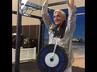 72 летний дедушка подтянулся с дополнительными 40 кг