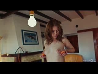 Восхитительная молодая красотка позирует обнаженной на бильярдном столе, играя с мячами-Эротика Секс Не порно