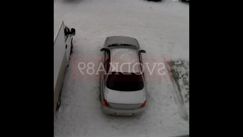 В Ямало Ненецком автономном округе мужик изрядно выпив выпал из окна 6 этажа приземлился на автомобиль и умудрился выжить