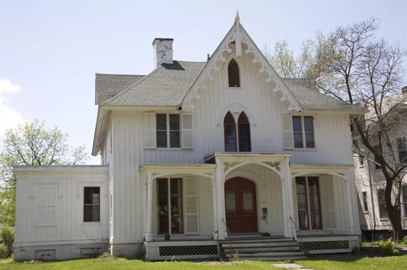 Дом в гплотницком отическом стиле викторианской эпохи в Гудзоне, Нью-Йорк