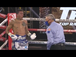 Оскар Вальдес потряс Мигеля Берчельта левым хуком, стоячий нокдаун (4-й раунд)