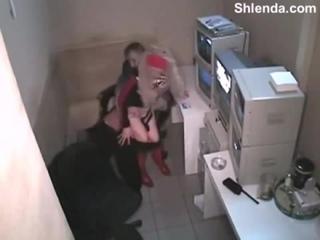 Зрелый мзрослый охранник поймал молодую 18лет школьницу воровку в магазине и отт