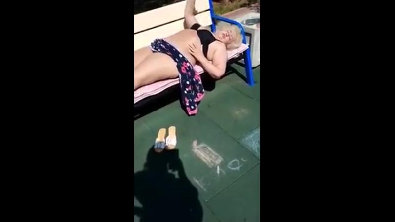 Молодая мамаша доебалась до загорающей жирухи