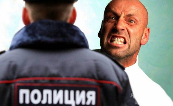 В Азове хулиган набросился с кулаками на полицейск...