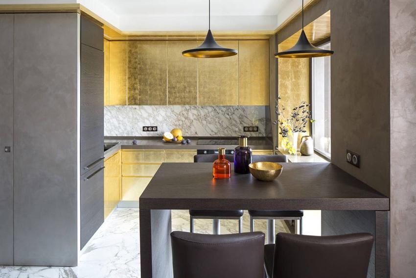 Квартира 40 м с золотой мебелью и круглой кроватью в Москве.