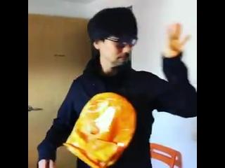 台湾のファンの方にいただいたBB Pod風バッグで遊ぶ小島監督 - Hideo Kojima playing around with the BBPod-ish bag that