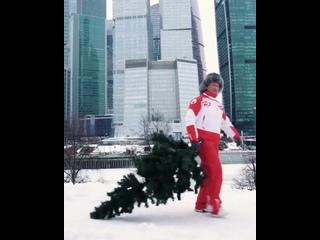 Есть такая Русская традиция. -Зима закончилась и можно новогоднюю елку выкидывать-😉
