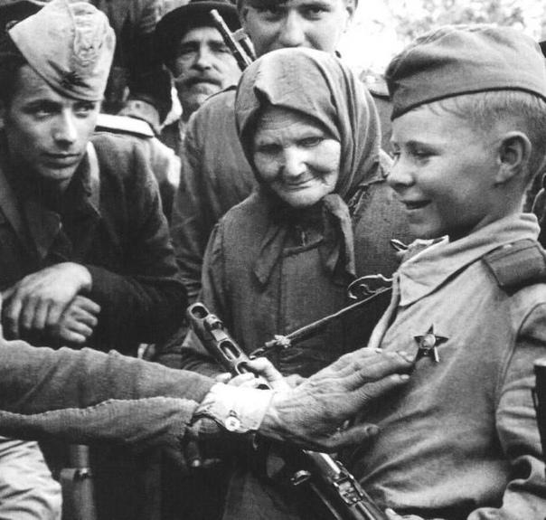 ГЕРОИЧЕСКИЕ ПОСТУПКИ 14-ЛЕТНЕГО ПАРТИЗАНА Партизан-разведчик Валя появился на свет в селе Хмелевка. Произошло это в 1930 году. До захвата села немцами окончил всего 5 классов. После этого стал
