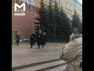 В Москве пенсионерка прорвалась к Вечному огню, чтобы возложить цветы в память об отце.