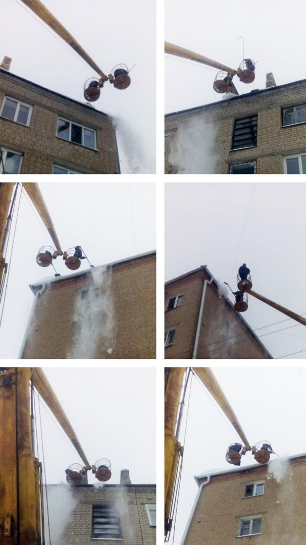 Рабочие управляющей компании «Базис» очищают от снега крыши многоквартирных домов