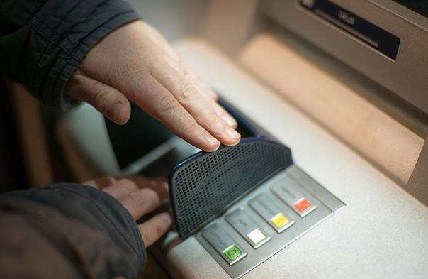 Специалист объяснил, как мошенники могут узнать ба...