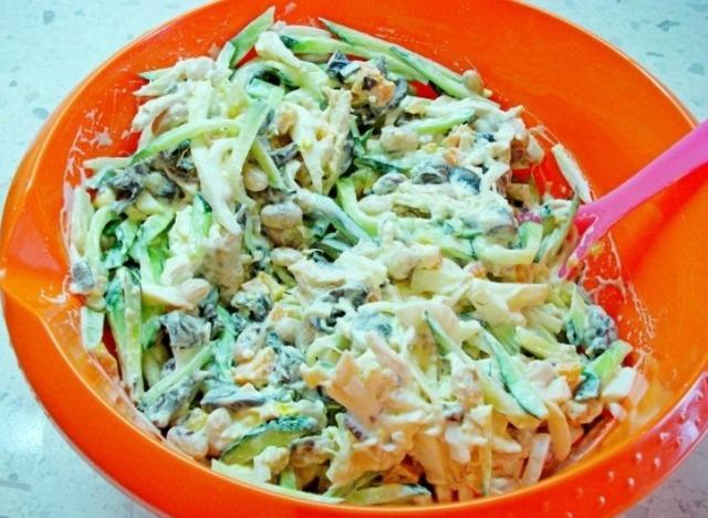 Сырная корзинка с салатом из курицы, грибов и фасоли