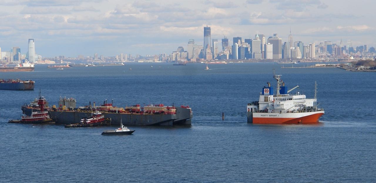 credit: FleetMon  Корабль может погружаться в воду, чтобы завести перевозимое судно на палубу