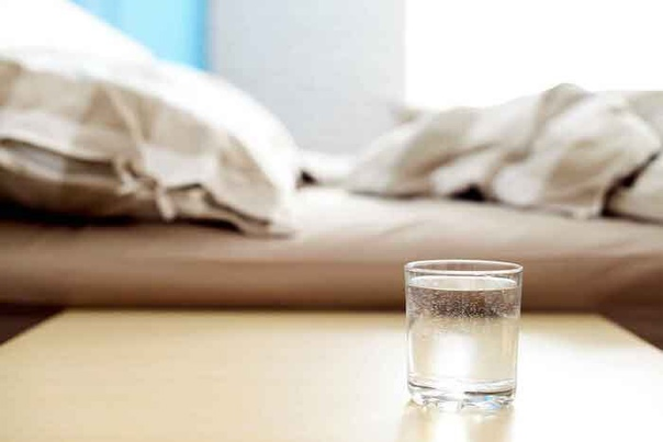 Почему нельзя пить воду, оставленную на ночь в стакане