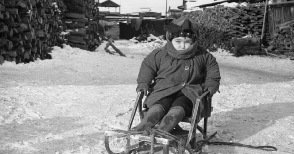 Морозы на северах трескучие и сильно злоемучие, в плане куда нить сходить А моим родителям ежедневно надо было меня в садик волочить. Четыре года совсем не тот возраст, когда бегаешь быстрее