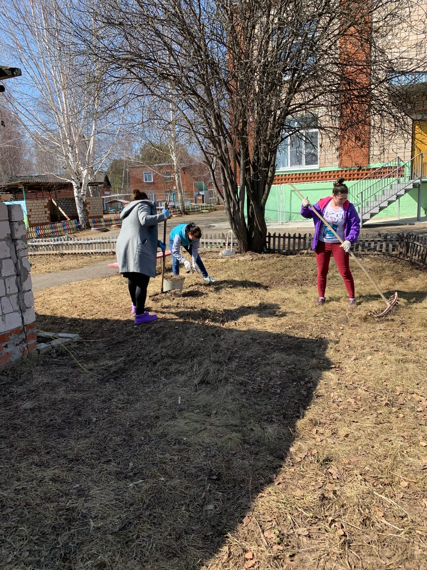 Сотрудники  Керамичного детского сада осуществили уборку
