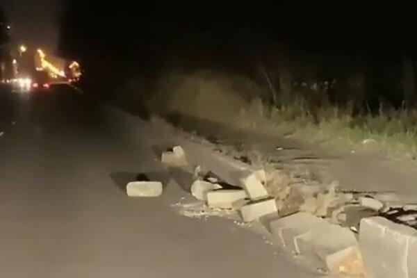 В Брянске у кольца Мясокомбината развалился бордюр https://newsbryansk.ru/fn_76   Камни валяются прямо на проезжей части