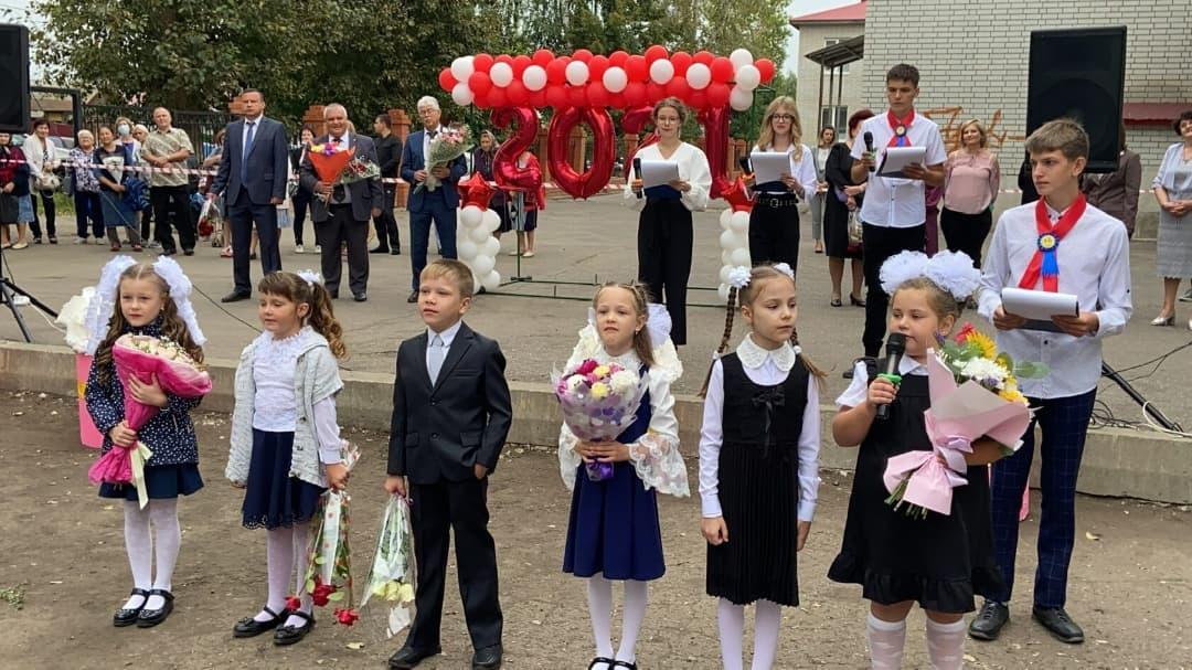 В школах Петровского района продолжаются праздничные линейки