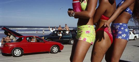 Американцы на пляже: исследование цвета в фотографиях Константина Маноса