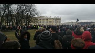 Посмотрите как выходит на протесты Петербург