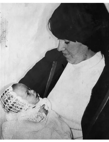 Исчезновение Азарии Чемберлен На суде обезумевшая от горя Линди Чемберлен кричала, что ее ребенка утащила динго. Но крику и слезам матери не поверили. Ее сочли убийцей, скрывающей преступление.