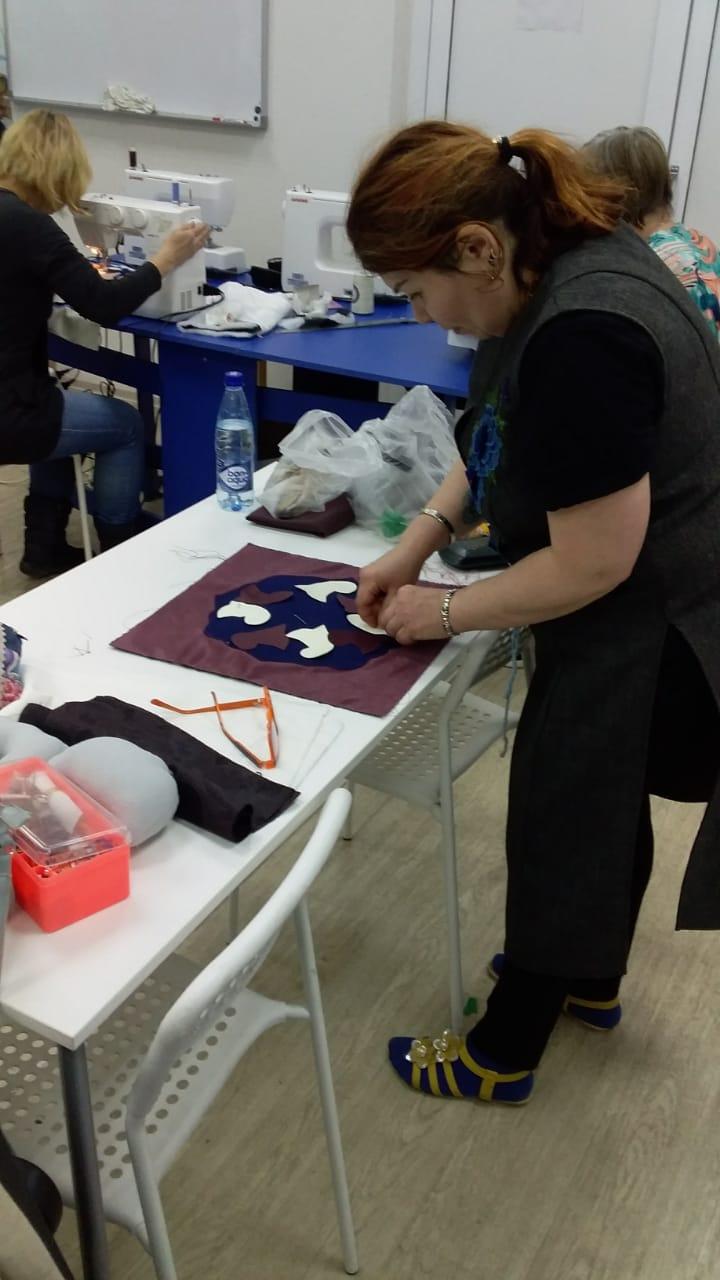 Городской центр образования продолжит занятия по шитью сувениров в фонде «День добрых дел», изображение №2