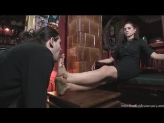 Goddess Amanda Вылизывает грязные ноги dirty feet licking Femdom Foot fetish Фут-фетиш