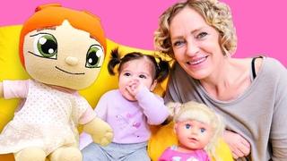 Spielzeug Video für Kinder. Nicole macht für Defne Apfelmus. Spielspaß mit Puppen
